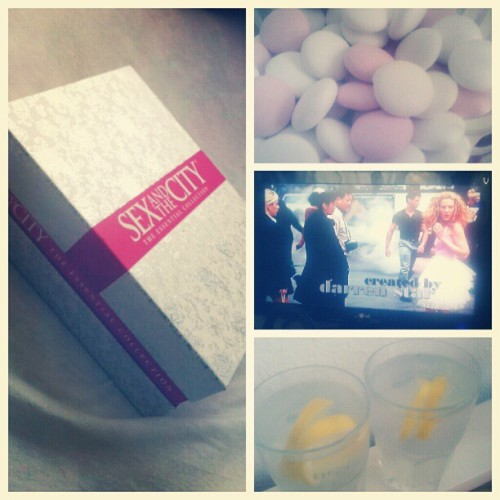Stay in bed-saturday and watch sex&the city with my suggapie. #sex #city #sexandthecity #marathon #serie #danmark #girls #lemonade #water #chill #weekend #bestoftheday #picoftheday #girls #day #in #webstagram #ig #dailykurds #instadaily #instamood #love  (Taken with Instagram)
