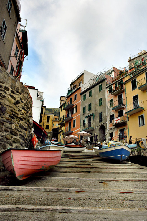 (via • Relaxing in Rio III •, a photo from La Spezia, Liguria | TrekEarth) Riomaggiore, Liguria, Italy