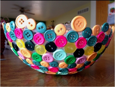 feelingcraftsy:  Take a balloon, glue buttons to it let dry. Pop the balloon, his crafty idea goes for a great bowl:) the kids will love this one.