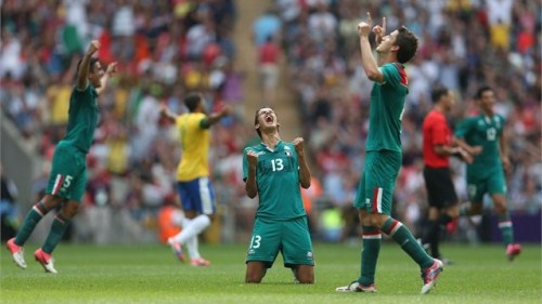 """Diego Reyes of Mexico falls to his knees and celebrates winning gold"""