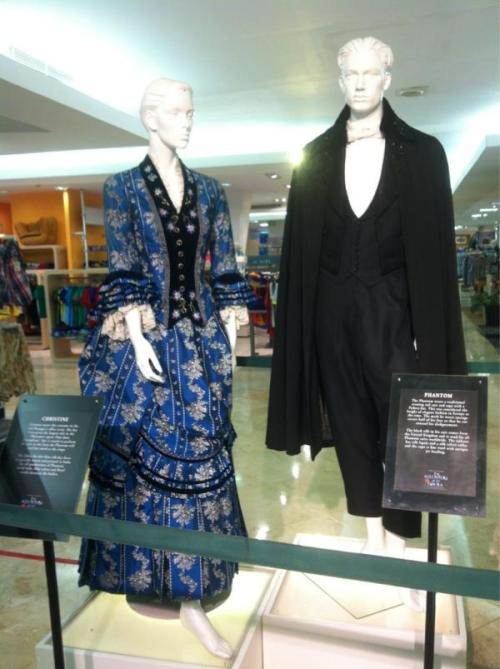 PHANS, LOOK WHAT COSTUME IS ALREADY IN MANILA! :)