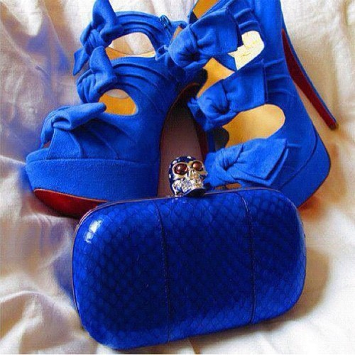 laineyfield:  #blue #shoes #highheels #blueheels #blueshoes #bows #cute #cuteshoes #purse #clutch #skull (Taken with Instagram)  Want themmm
