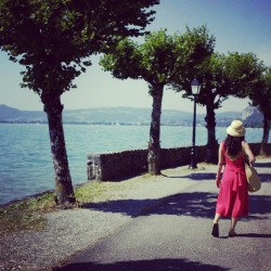 Lac d'Annecy #France #lake #Rhonealpes #frenchalpes #summer #jumpsuit #Bluewater #annecy  (Pris avec Instagram)