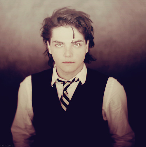 [16/50] Pictures of Gerard Way.