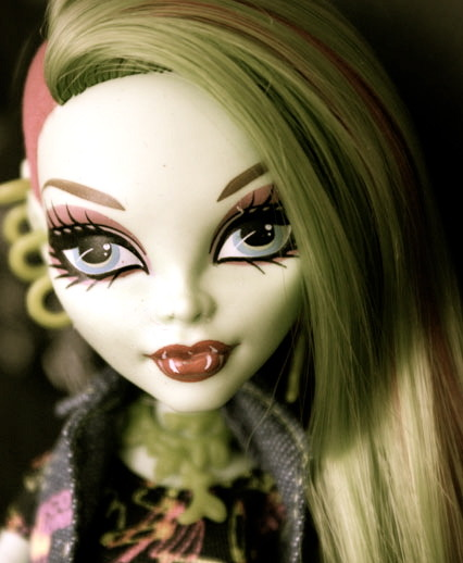 monstermonsterhigh:  I love love love Venus McFlytrap and her undercut! idk its so different and idk i love undercuts lol