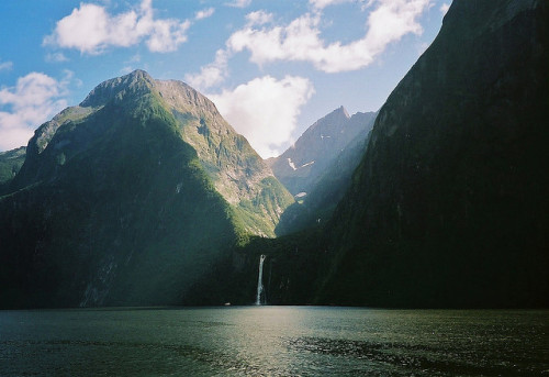 lumea:  Milford Sound by jorgazmo on Flickr.
