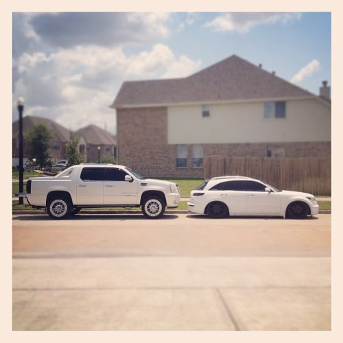#big and #small #whips on 22's #MiracleWhip #cadillac #escalade #ext #infiniti #FX45 #FX35 #lift #slammed #skyjacker #accuair #airbagit #ridetech #bagged #airsuspension #hellaflush #rims #dub #dubs (Taken with Instagram)