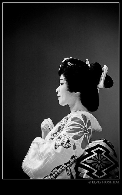 laura-intheworld:  Geisha in black white by elvisbrasil on Flickr.
