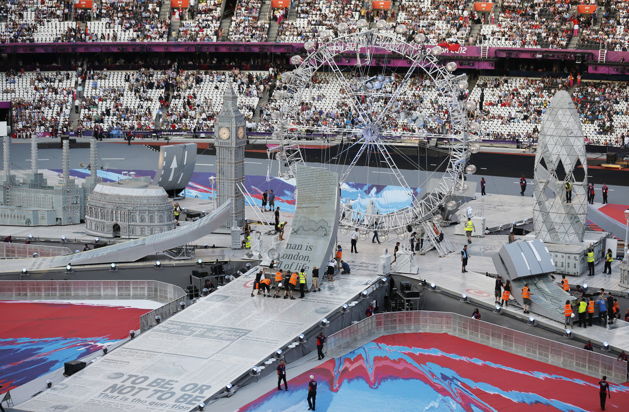 Technicians prepare scenery before the closing ceremony of the London 2012 Olympic Games at the Olympic Stadium August 12, 2012. [REUTERS/Fabrizio Bensch]
