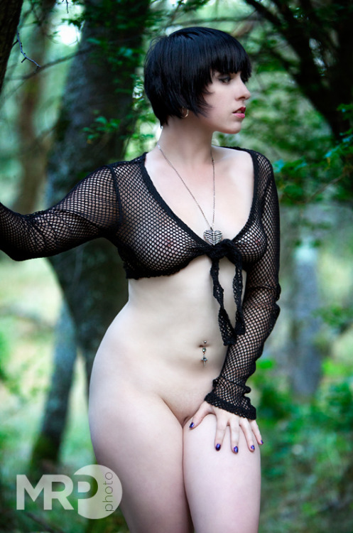 cosplaydeviants:  mackenzeemodeling:  Bottomless! This photo has one of my favorite facial expressions I've ever done.  Love it!