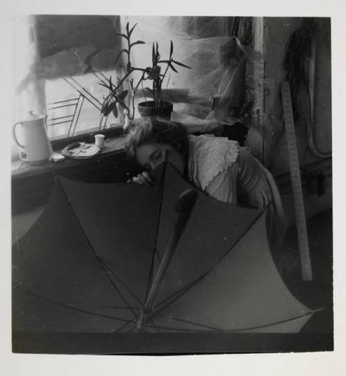 svell:  Francesca Woodman, Untitled (FW crouching behind umbrella), c. 1980.