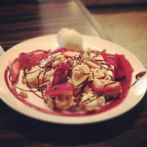 yakuzaprincesse:  #strawberry & #banana #waffles my first everr (Taken with Instagram)