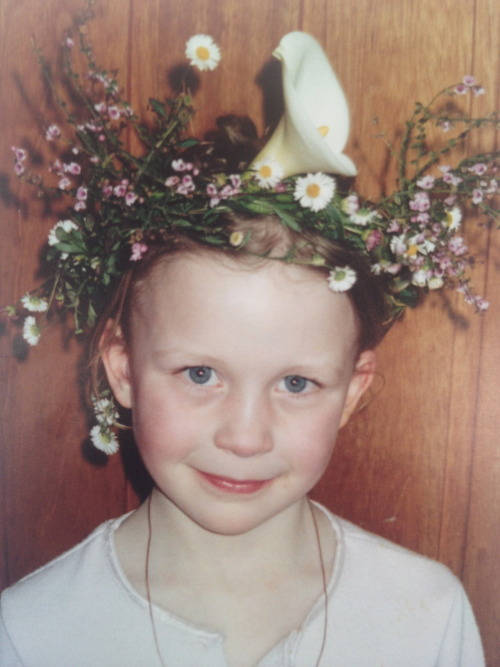 whoneedssunlight:  rocking the rookie flower crown since 2001  AAAH SO CUTE -A
