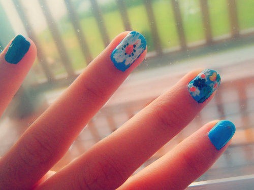 Floral nails bruuh. Designed by: kaelololololol.tumblr.com