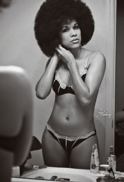 tuchesuavae:  OMG this is too sexy. I love a woman with an afro.