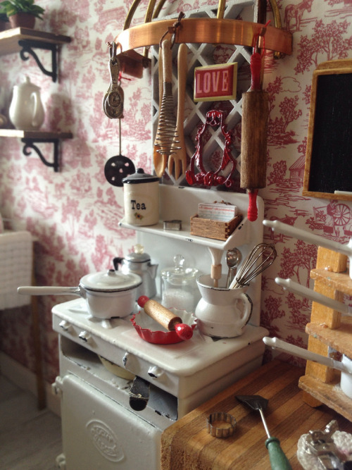 girlyme:  Vintage stove love (by It's a miniature life…is playing with clay)