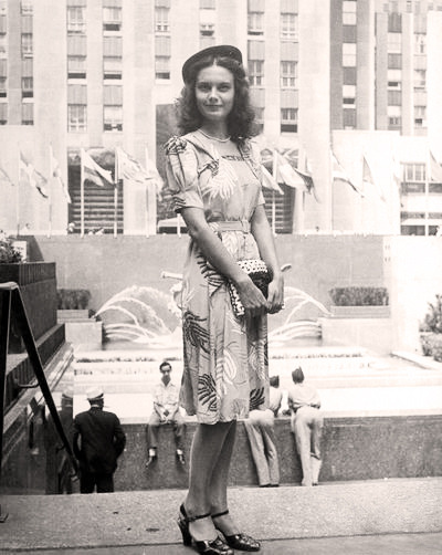 An authentic vintage look in Rockefeller Center…Midtown West, NYC (via Time)