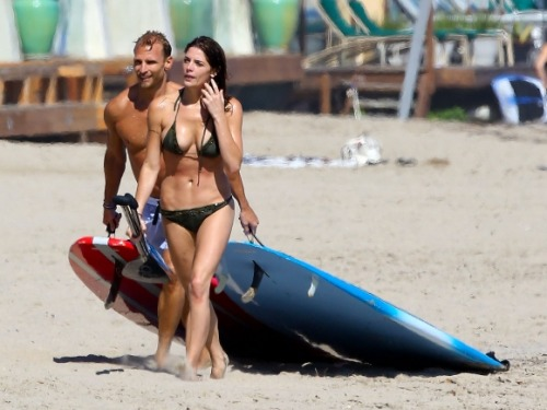 'Twilight' star Ashley Greene shows off toned bikini bod in Malibu!