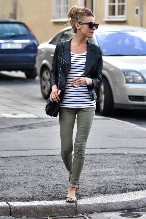 Love this outfit. Simple, comfy & adorable. #fashion #momstyle