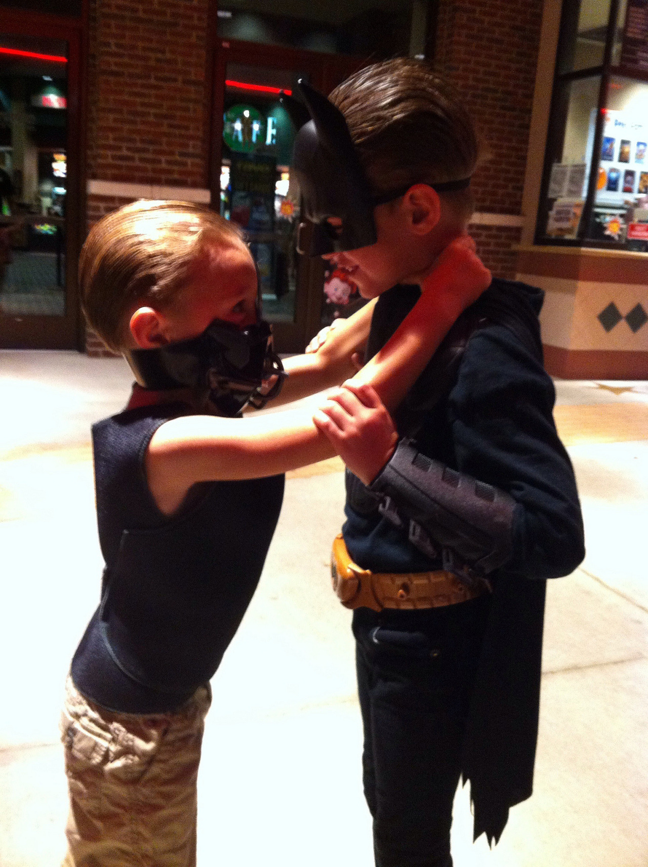 cosplayingchildren:  Mini Bane grabs at an equally tiny Batman.   baby bane! :O