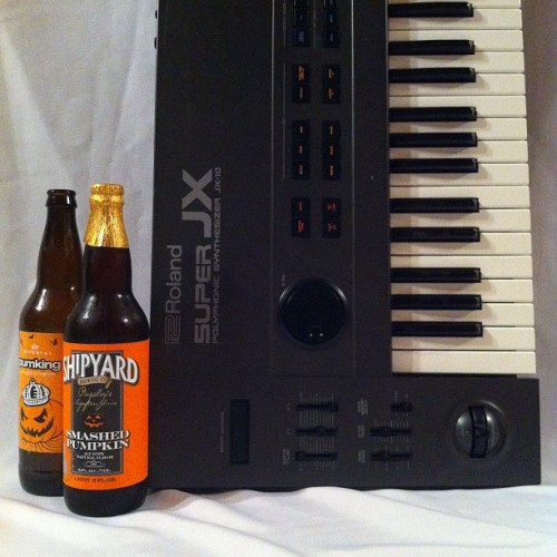 @SouthernTier Pumking, @ShipyardBrewing Smashed Pumpkin, with @Roland_US JX-10 Super JX. #synth #synthesizers #gear #beer #gearporn #beerporn #keyboard #nofilter #booze   (Taken with Instagram)
