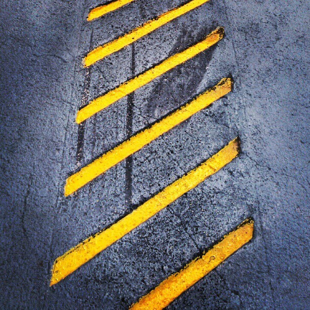 #concrete #floor #yellow #gray #trail #diagonal #carved #emboss #abstract #minimal #minimalism #lines #justlines (Publicado com o Instagram)