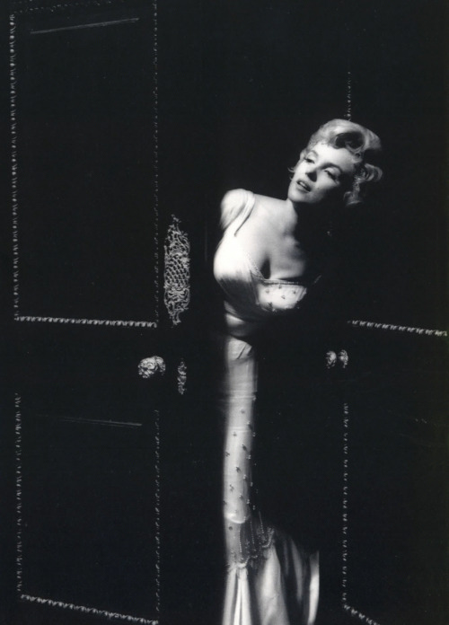 addictedtomarilyn:  Marilyn Monroe on the set of The Prince and The Showgirl, 1956