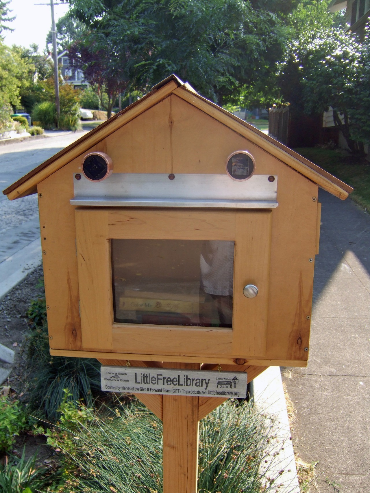 This is a neat idea, little free library boxes. There's a new one up our street ~ SE 30th and Main. This one is around SE 58th and Hawthorne. It's even got solar panels and a little light. The one by our house had some Jane Austin. Someone took it, she's pretty popular.