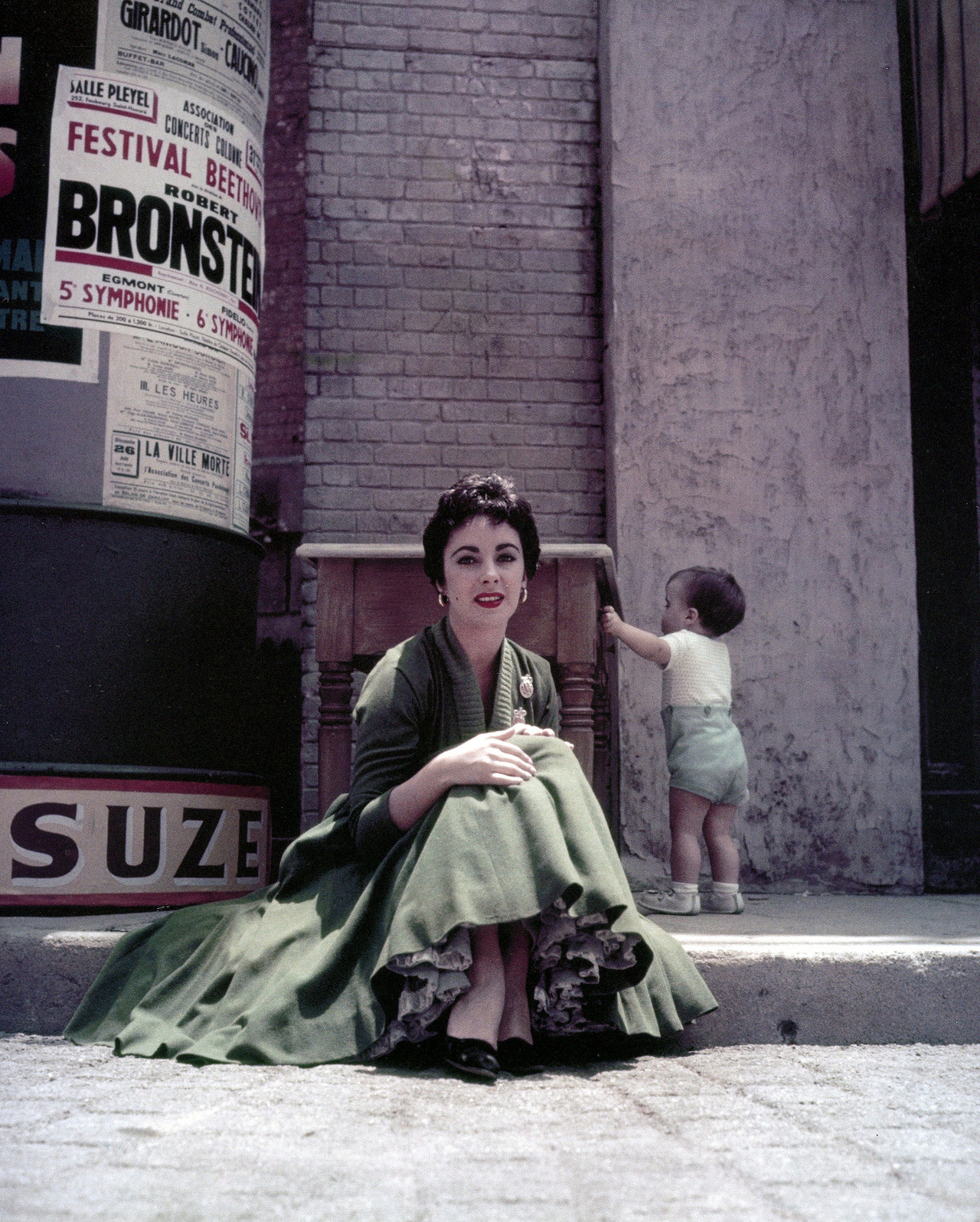 Elizabeth Taylor (her son Michael Howard Wilding behind her), photo by Milton Greene, Hollywood, 1954