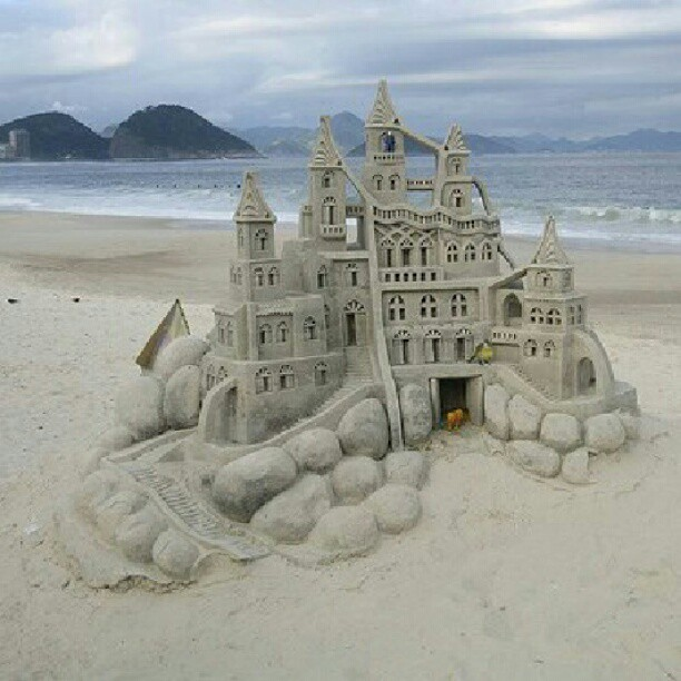 Castillo de arena en Sansenxo (Galicia) #sand #castle #fun #summer #spain #sea #rocks #blue #sky #art #artist #fantasy #story #instagram #igers  (Tomada con Instagram)