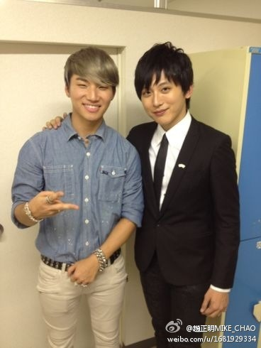 "Daesung with Taiwanese Magician Mike Chao (120814)  ""MIKE_CHAO: At the backstage after a show in Japan with Big Bang's Kang Daesung""   source: mikechaomagic@weibotranslated by: V @bigbangforlife"