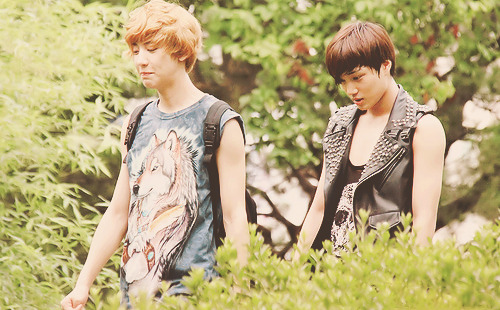 babyfacepowa:  Kai checking Chanyeol's ass.