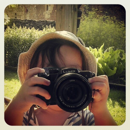 My little 2years old photographer, he grips it well apparently #kids #lumix #photography #littlephotographer #toddler #hobby (Pris avec Instagram)