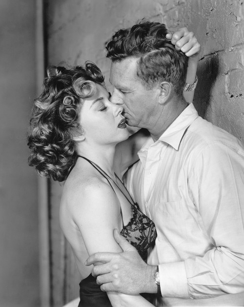 sunsetgun:  Gloria Grahame and Sterling Hayden. Naked Alibi.  Oh, *Gloria*!