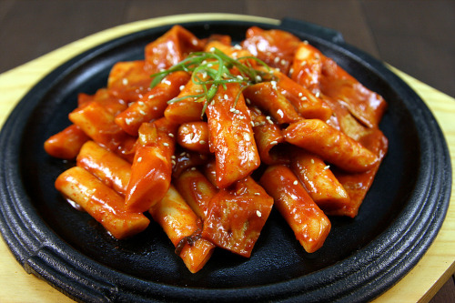shelovesasianfood:  떡볶이 (by kourmet)