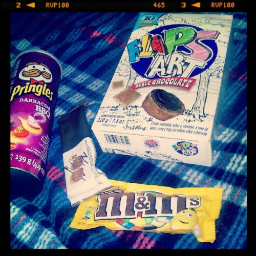 Algo larga sera la noche. #flips #m&m #pingles #night #chocolate #bombones (Tomada con Instagram)