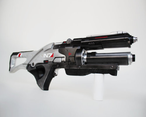fuckyeahbiowarecosplay:  N7 Valkyrie Assault Rifle from Mass Effect 3  Propmaker: NaughtyZoot Photographer: Unknown