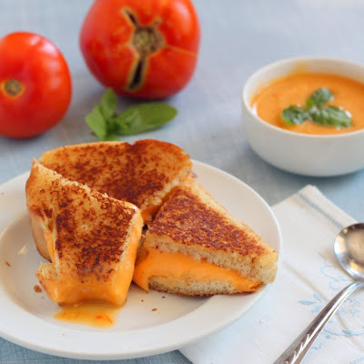 fuckyeahdeliciousfood:   Grilled Cheese with Roasted Tomato Dip