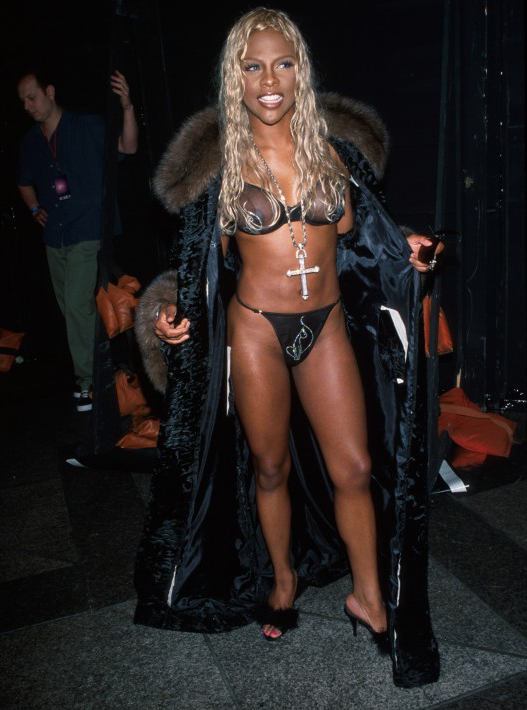 welovelilxkim:  Lil' kim on the catwalk.