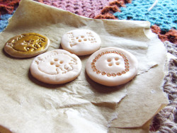 Would you like to learn how to make your own buttons? In my latest blog post, I show you how I have made my own buttons for ThreadBEAR Winter 2012!