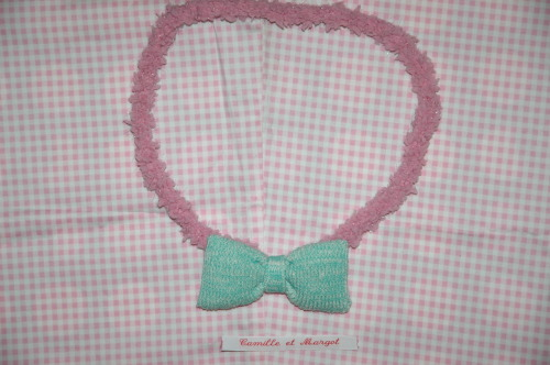 Super fluffy necklace! The knitted mint bow and plush pink chain will match any cute outfit. €6,-
