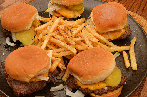 yummyheaven:  fl0ats:  taco-b3ll:  i´m so hungry i would eat those 5 burguers right now and all of the fries  I'm not that hungry but I would eat those 5 burgers and the fries anyways   I would eat all that no matter what state of hunger I'm in.