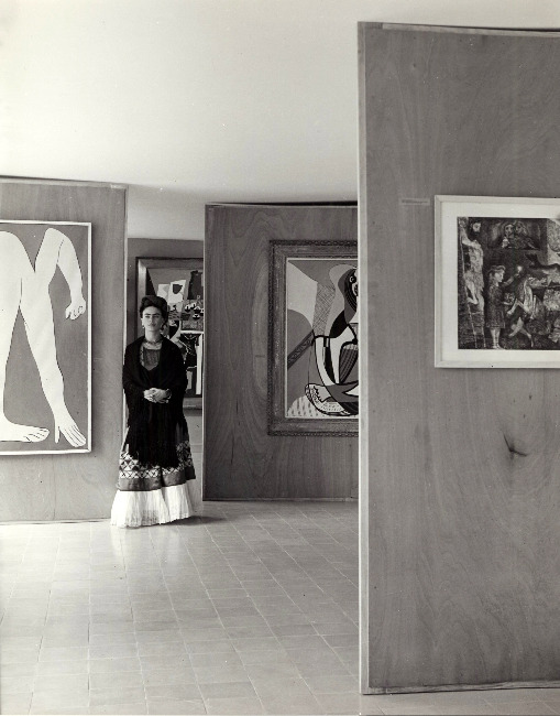 adanvc:  Frida Kahlo at the Museum of Modern Art in Mexico City, 1940s. by Manuel Álvarez Bravo