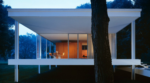Mies Van der Rohe, Farnsworth House. Photo: Scott Frances - More Farnsworth House at justement and Lego Farnsworth