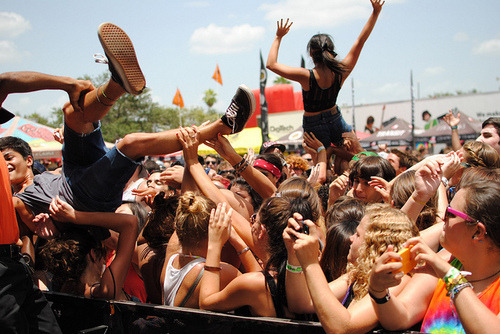 extr4ordinary:  crowd surfing »»
