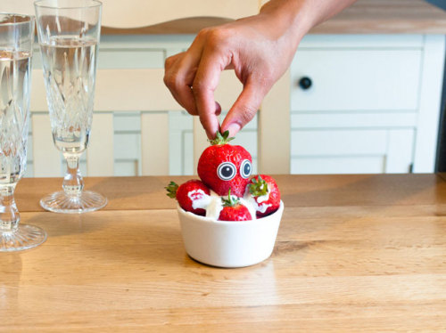 laughingsquid:  Edible Eyes, Sweet Sugar Eyes to Stick-On Food by Suck UK