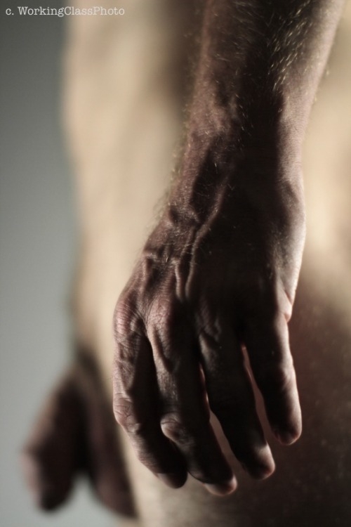 nudeforjoy:  Hand in focus  Wow!!!! That is a great shot!