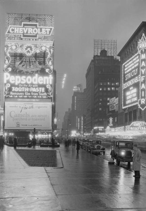 fuckyeahvintage-retro:  Times Square at dusk, 1932