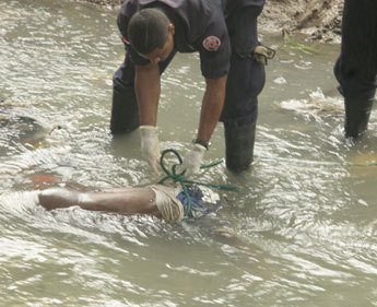 Police fishing out a body found in Matasnillo River