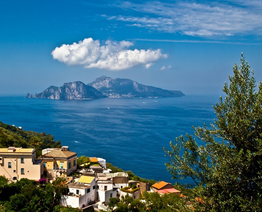 pata-caliente:  Cloud over Capri | Sorrento Peninsula, Italy (by Dmitry Samsonov)